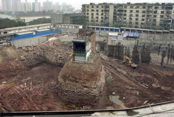 重慶市,九龍坡區輕軌楊家坪站附近一工地上的號稱「史上最牛釘子戶」的二層民宅。(China Photos/Getty Images)