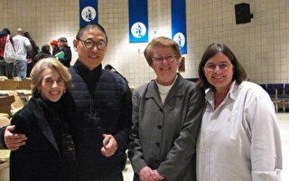 诗人李立扬(Li-Young Lee)与校长Francis Raftery(左三),教授Laura Winters(右一)和Alison Granucci女士(左一)合影留念。(摄影﹕书开/大纪元)