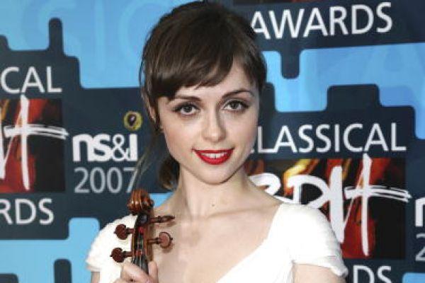 Ruth Palmer手拿小提琴,气质优雅。(图片来源:Getty Images)