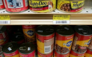 一些中国进口的宠物食品可能染上了三聚氰胺。图为旧金山宠物食品店中的罐头。 (Justin Sullivan/Getty Images 2007-4-12)