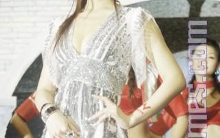 组图:王怡仁穿银色洋装 代言网站游戏
