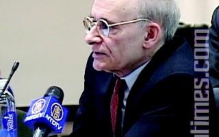 图﹕4月20日在哥大的论坛上﹐中共活体摘除法轮功学员器官的独立调查报告撰写人之一、加拿大著名人权律师大卫-麦塔斯介绍中共摘除器官的情况及证据。(大纪元图片)