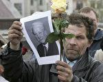 """叶利钦去年底接受""""俄罗斯报(Russiskaya Gazeta)""""专访时,对于前苏联的解体,叶利钦表示原因很简单:""""那是必须要发生的历史安排""""。图为俄罗斯民众追悼叶利钦。法新社图片。"""