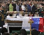 数千名俄罗斯民众4月24日前往莫斯科救世主大教堂,瞻仰因心脏病去世的前总统叶利钦的遗体。一排排的悼念者慢慢走过叶利钦的灵柩,向俄罗斯第一任民选总统的遗体告别。( Dima Korotayev/Getty Images)