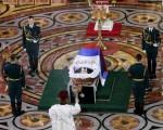 叶利钦的遗体暂厝莫斯科拥有金色圆顶的救世主大教堂,棺盖张开供民众瞻仰,棺上覆盖俄国三色国旗。(ALEXANDER ZEMLIANICHENKO/AFP)