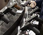 因美國維省理工學院槍擊案後,美國民間又引起探討槍枝管理的許多問題,老百姓是否可合法擁有槍枝,亦或政府應加強槍枝管理?圖為2006年5月21日,在威斯康星州的密爾沃基舉行了第135屆全國步槍協會(NATIONAL RIFLE ASSOCIATION)的槍枝展覽。(Photo by Jeff Haynes/ AFP PHOTO)