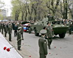 由于叶利钦曾经是俄罗斯武装力量的最高统帅,所以叶利钦这次也作为一名军人被安葬。在新处女公墓外,叶利钦的灵柩被放在一辆炮车上。(AFP)