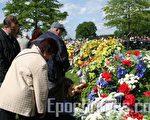 2006年各國使節及荷蘭民眾在荷蘭紀念二戰結束紀念活動時向遇難者敬獻的花圈(玉清攝影/大紀元)