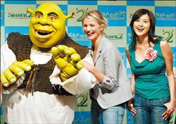 日本女星藤原紀香(右)和卡麥蓉狄亞(中)各為「費歐娜公主」的日文版和英文版配音人,此為兩人2004年7月在日本為「史瑞克2」造勢時合影。(法新社)