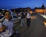 里昂警察正在逮捕一名参与抗议的青年(Photo credit should read FRED DUFOUR/AFP/Getty Images)