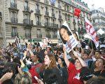 法国社会党总部外,失利的罗雅尔的支持者仍然热情不减。(摄影:章乐/大纪元)