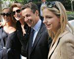新任法国总统萨尔科齐与妻子及两位女儿合影。(图片来源:法新社)