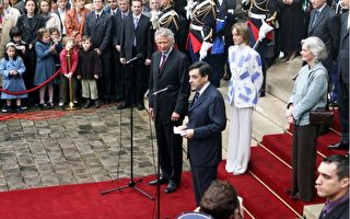 法国新任总理费雍在权力交接仪式上致词。(OLIVIER LABAN-MATTEI/AFP/Getty Images)