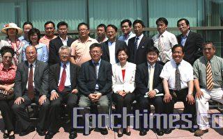 州长特别助理胡思源拜会众议员杨爱伦并与社区领袖合影。(摄影﹕史静∕大纪元)