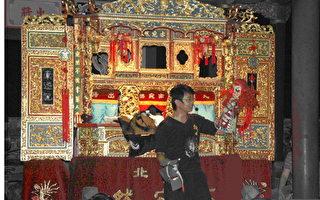 亦宛然的操偶師傅向觀眾示範操偶技巧。(南北管音樂戲曲館提供)