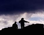 """英国威廉希尔(William Hill)公司宣布提供约合美金200万以征集""""证据"""",证明苏格兰传说中的""""尼斯湖水怪""""是真正存在的。图为一对夫妻站在尼斯湖畔。(ODD ANDERSEN/AFP/Getty Images)"""
