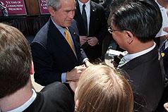 布什与吴钊燮握手寒暄