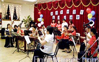 喜洋洋小乐队演奏民乐。(杨天仪摄影/大纪元)