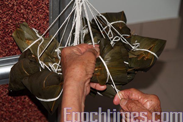 用棉繩綁粽(攝影:瑞蘭/大紀元)