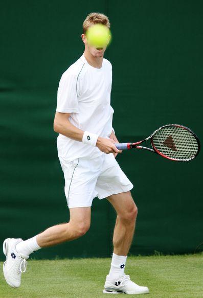 网球正好挡在维利根的脸部(AFP PHOTO/JOE KLAMAR)