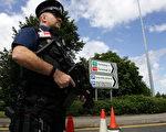 曼城爆炸案英警方又逮捕两嫌犯 共八人落网。英国警方加强了主要机场的安全检查。图为一名持枪警察在曼彻斯特机场巡逻。(GettyImages//Christopher Furlong)