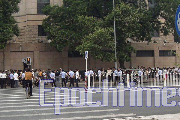 全國政協前抗議  百多人被抓