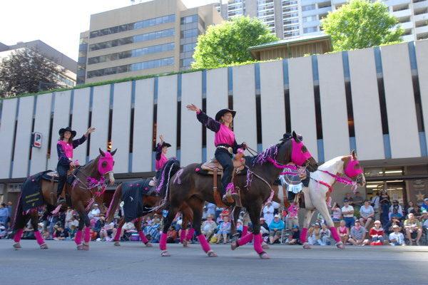 组图:加拿大卡尔加里牛仔节大游行