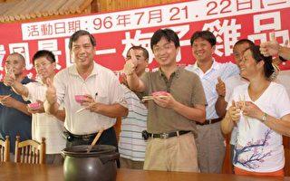 西拉雅曾汉洲处长(左2)和业者欢迎游客上梅岭品尝道地梅仔鸡。〈摄影:赖友容/大纪元〉