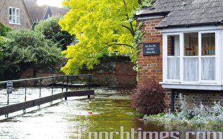 牛津的歐克河(River Ock)的河水淹沒沿岸的房屋。(攝影:葉青/大紀元)