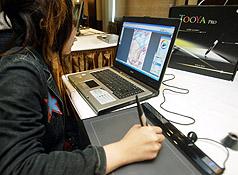 「2007台北電腦應用展」八月二日將在世貿一館登場,廠商因應數位生活、行動科技趨勢,推出各項新產品參展。專業數位板的完整繪圖功能,提供發揮創意設計者揮灑空間。//中央社