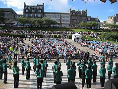 北一女樂團二十九日(當地時間)首度在知名的愛丁堡爵士樂與藍調音樂節演出,獲得現場四千多名觀眾熱烈掌聲,成功進行在愛丁堡的第一場文化外交表演。(駐愛丁堡辦事處提供) //中央社