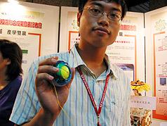 虎尾科技大學三十一日發表新研發,圓形的人力發電腕力球,可以在野外活動沒有電池時,用來充電提供手機、數位相機,MP3等用電;這是虎尾科技大學的新研發,在今年大專生創新設計實作競賽中獲金牌獎,並已申請獲得專利。//中央社