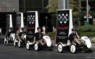 当地时间8月7日,无国界记者组织成员骑着布置有巨型奥运五环手铐图片的单车,穿梭纽约街头,呼吁国际社会谴责中共侵犯人权和自由。(AFP)