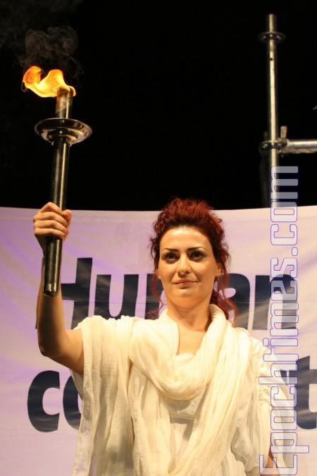 组图:雅典点燃人权圣火