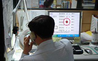 台南市話務中心人員透過電腦查詢提供民眾所需資訊。(攝影:蘇柏興/大紀元)