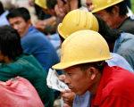 28 日上百建筑工人聚集在北京抗议资方未付薪水。目前越来越多全国各地下岗工人到北京上访,要求政府重视劳资纠纷的问题。(TEH ENG KOONAFP Getty Images)
