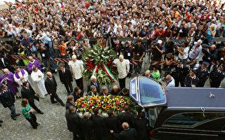 8日葬礼后,卢恰诺.帕瓦罗蒂的灵柩从摩德纳大教堂中移出,运往距摩德纳数公里外的家墓中安葬。 (ANDREAS SOLARO/AFP/Getty Images)