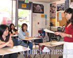 兒童心理學專家劉蘭地(右)與家長們探討「兒童發展和教育」。(攝影:黃毅燕/大紀元)