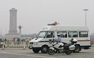 中共「兩會」前,哈爾濱警察以「維穩」為藉口大肆抓捕法輪功學員。圖為北京天安門廣場上警車在巡視。(Getty Images)