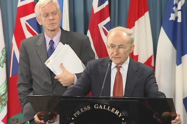 图:国际人权律师大卫.麦塔斯(讲话者)和加拿大外交部亚太司前司长、资深国会议员大卫.乔高在加拿大国会指证中共活摘法轮功学员器官。(大纪元图片)