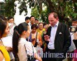 歐洲議會副主席麥志德(又譯愛德華‧麥克米蘭-斯考特)先生在泰國出席研討會後,與當地法輪功學員交談。(大紀元)