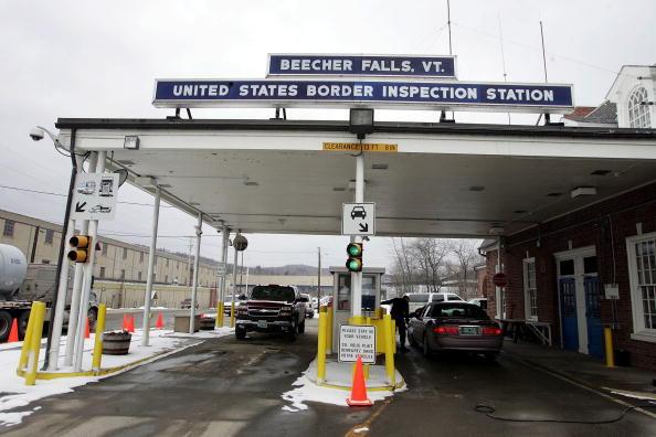 美国国土安全部部长凯利周五(10日)访问加拿大,重点讨论非法跨越美加边境的难民问题。图为美加边境 。(Joe Raedle/Getty Images)