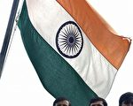 印度一名外交情报高级官员在驻香港期间与一名中国女性往来密切,被召回新德里。图为在新德里,几名印度政府工作人员站在国旗下。 (PRAKASH SINGH/AFP/Getty Images)