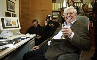 2007年10月10日,今年诺贝尔化学奖得主埃特尔在其办公室的照片。(AXEL SCHMIDT/AFP/Getty Images)