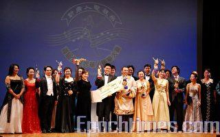 首届全世界华人声乐大赛20名获奖选手在颁奖典礼上。(摄影 戴兵/大纪元)