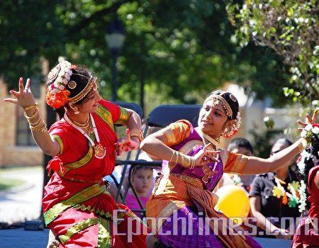 皮尤研究最新调查显示,美国印度裔的非法移民在2009-2014年期间大幅增加了43%。图为印度裔少女表演印度古典舞。(大纪元)