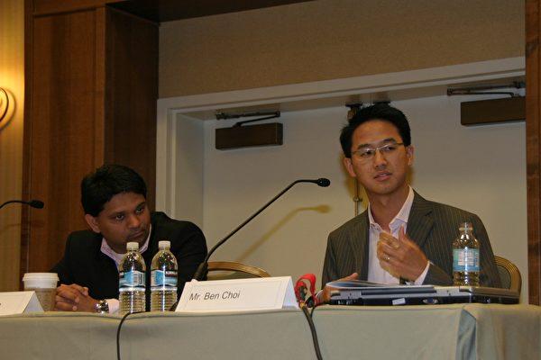 10月20日﹐「2007年臺美產業與技術高峰論壇」在聖塔克拉拉市的馬里奧酒店(Marriott)舉行﹐主題為無線通訊的未來趨勢。(左起)微軟策略與新興業務總監Sanjiv Parikh,Storm創投公司高級主管蔡頌明。(攝影﹕張倩/大紀元)
