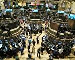 1987年10月19日道瓊工業指數大跌22%,時值20週年紀念,股災要素再度浮現,專家也預測未來股災將更難避免。(Mario Tama/Getty Images)