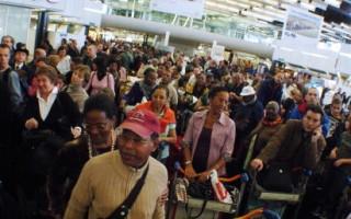 法國航空公司空服員罷工28日進入第四天,班機延誤或取消,大批旅客受困機場,長途班機受影響最大。(JEAN AYISSI/AFP)