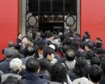 中國宏觀調控令深圳現金短缺,深圳各大商業銀行奉命櫃員機自晚上九時至翌日早晨六時停止服務。圖為2007 年11月11 日北京國際金融商展。(TEH ENG KOON/AFP/Getty Images)